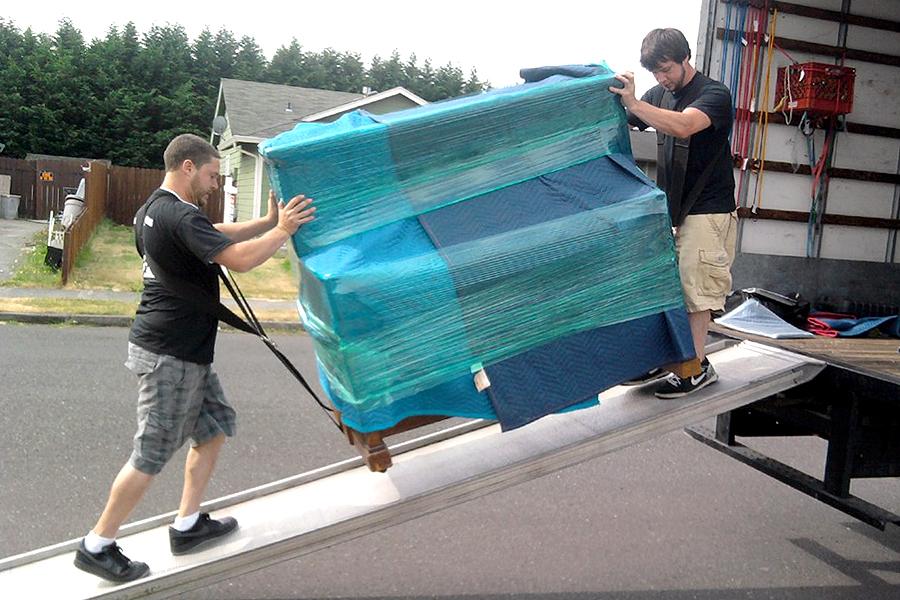 Flyttemand flytter møbler